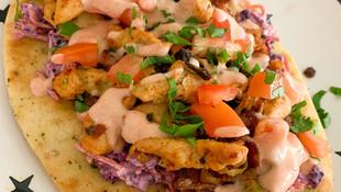 Naan met kip en coleslaw