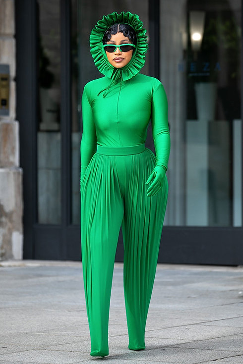 https___bae.hypebeast.com_files_2021_10_cardi-b-paris-fashion-week-ss22-outfits-2.jpg