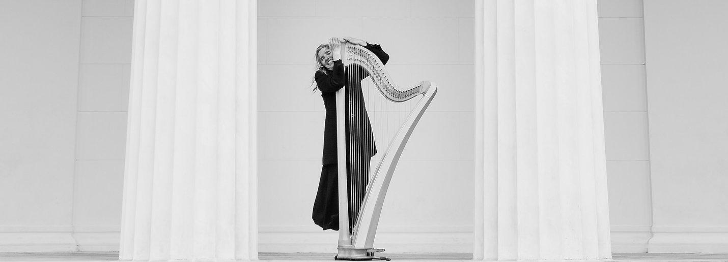 Gerlinde Raunjak Portrait mit Harfe in Wien