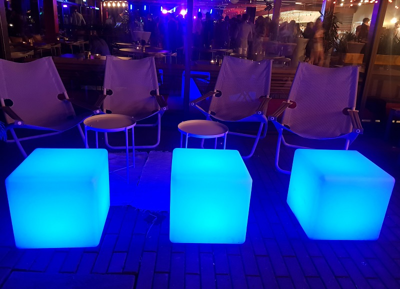 Blåa lysande kuber som sittgrupp