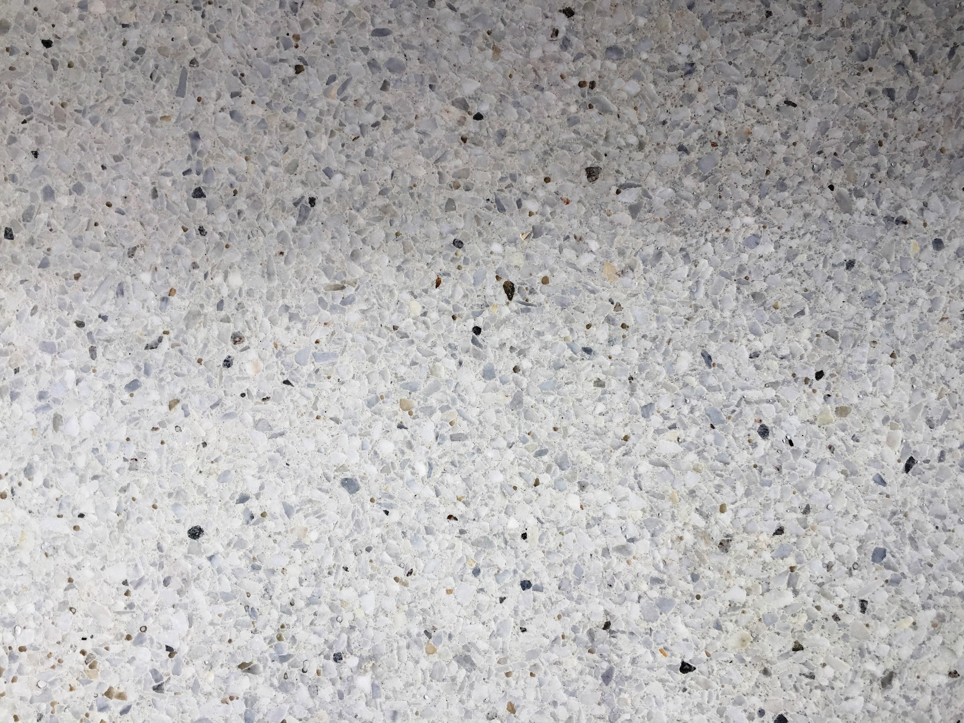 marbre blanc sur ciment blanc