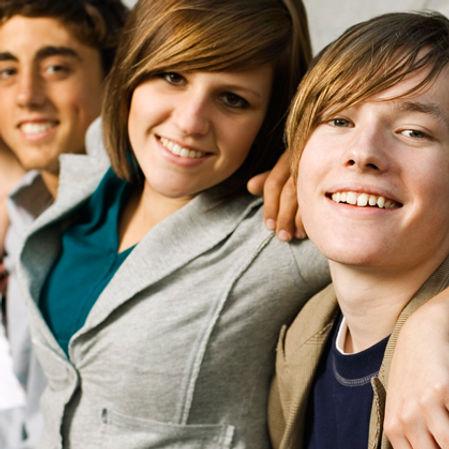 Groupe d'adolescents réunis lors d'un atelier de groupe.