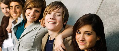 un groupe d'adolescents qui sourient