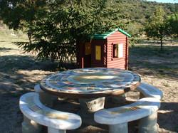 La table de jardin sous la pinède
