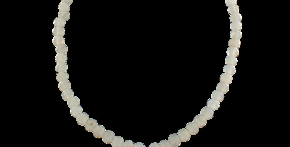 Halskæde med hvid jade og lotusvedhæng