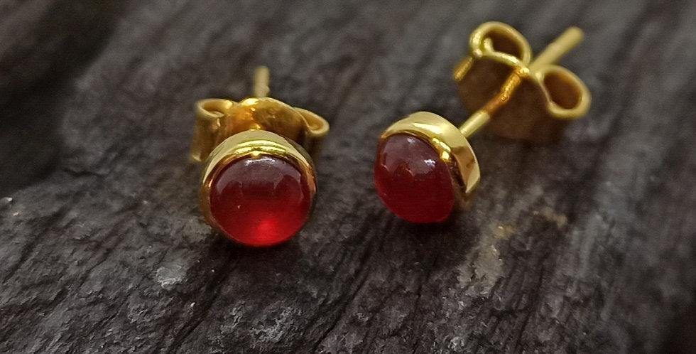 8 kt. guldørestikkere med rubin