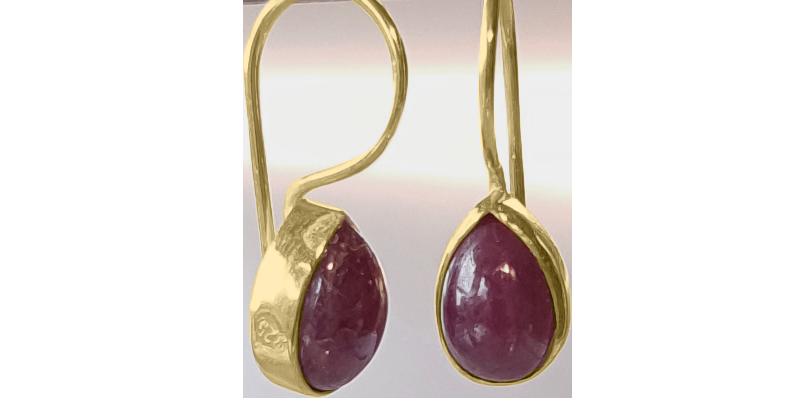 Forgyldte øreringe med rubiner