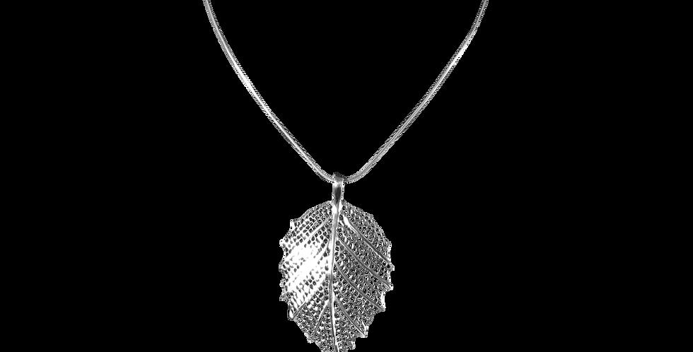 Sølvhalskæde med sølvvedhæng designet som et blad