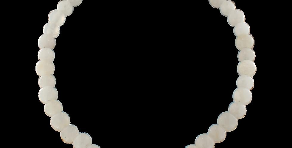 Halskæde med hvid jade og forgyldt lås