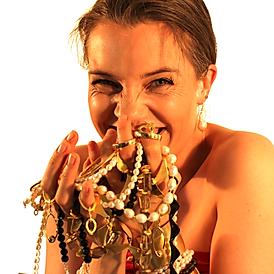 Tine viser ægte creol smykker frem