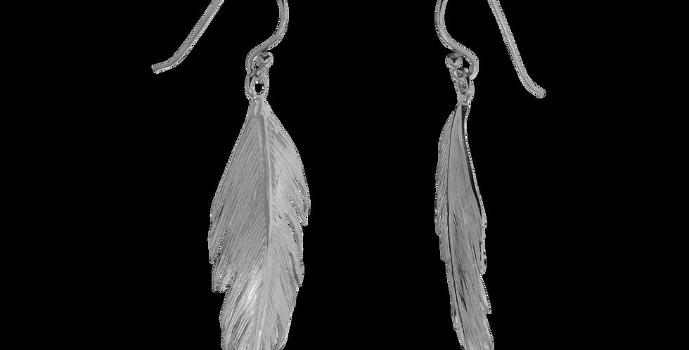Sølvøreringe designet som en fjer