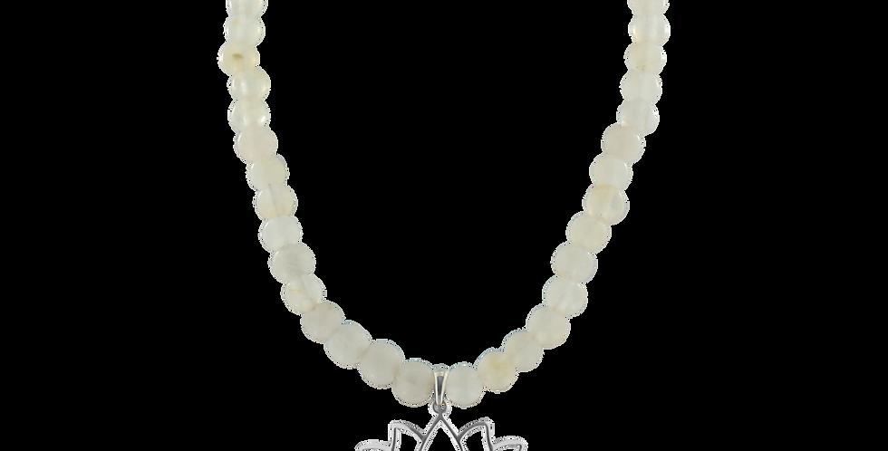 Halskæde med hvid/transparent jade og lotusvedhæng