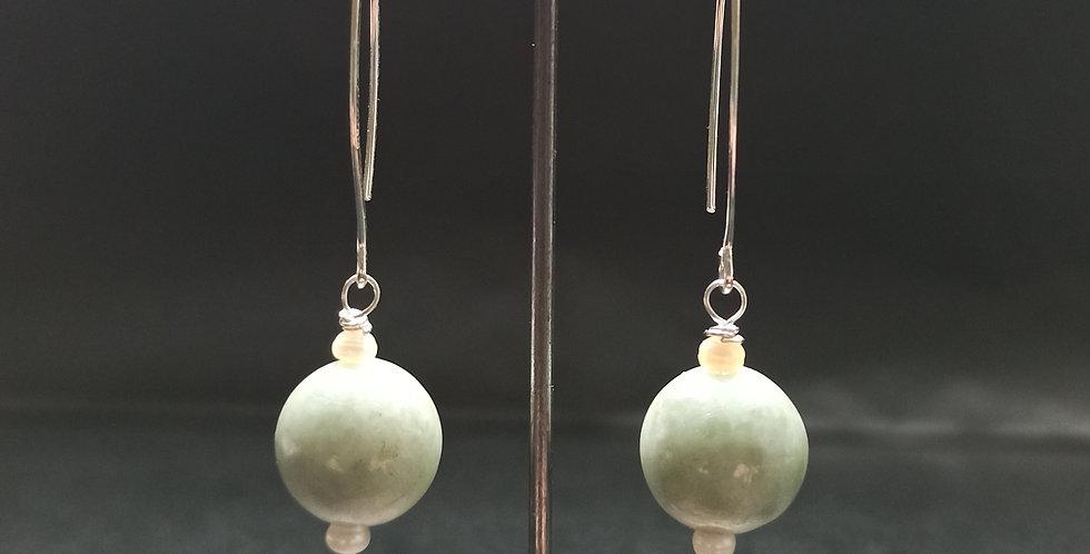 Øreringe med pastelgrøn jade og perle