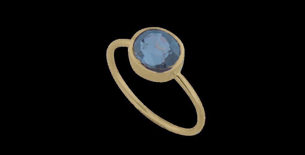 14 kt. guldring med klar blålig spinel i oval fatning