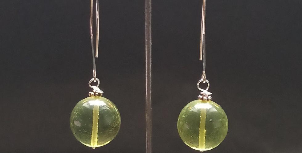 Sølvøreringe med grønt rav