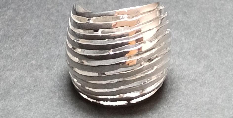 Bred fingerring i blankt sølv