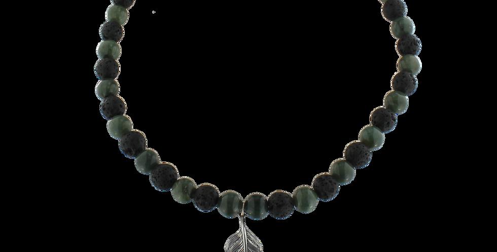 Halskæde med grøn jade, lava og fjervedhæng