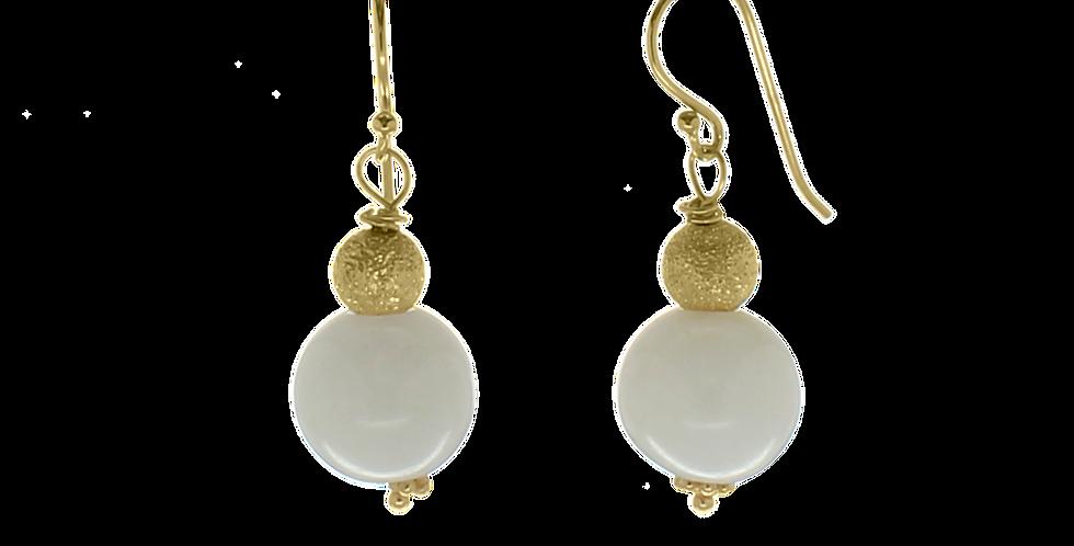 Forgyldte øreringe med hvid jade og glitterbeads
