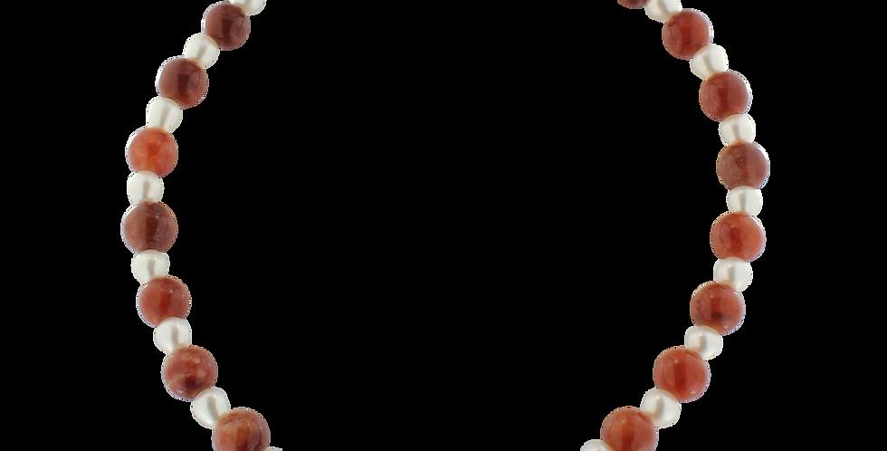 Halskæde med perler og jade i brændte farver