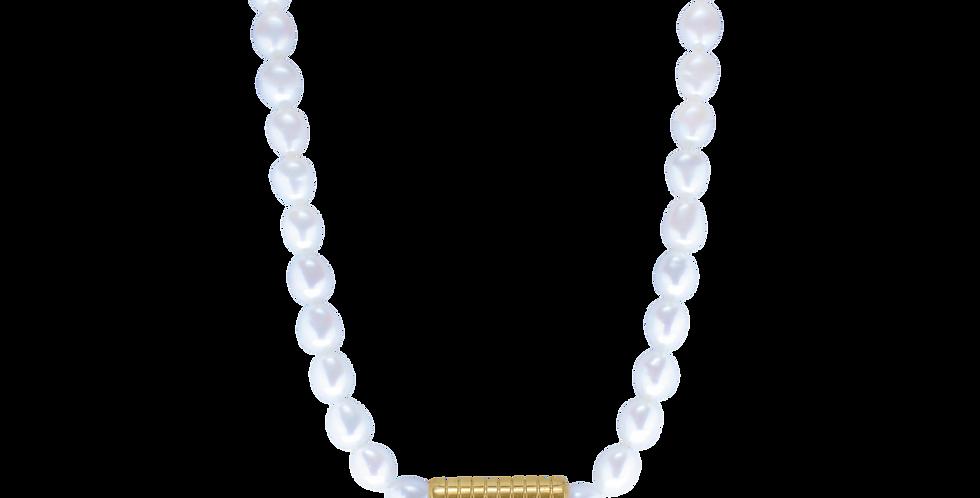 Perlehalskæde med rillet guldvedhæng