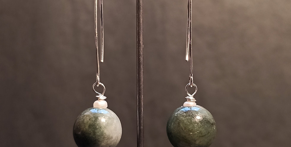 Øreringe med dyb grøn jade og små perler