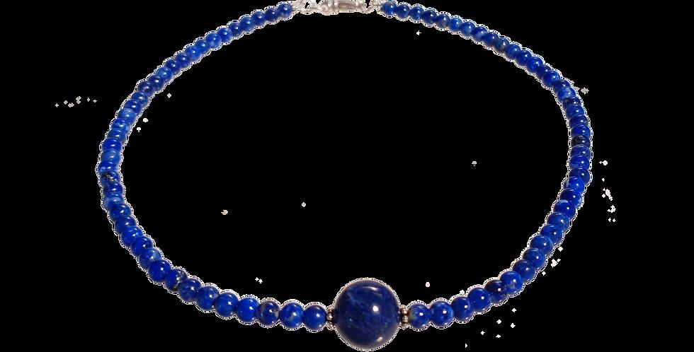 Halskæde med små beads af laps lazuli og en stor i midten