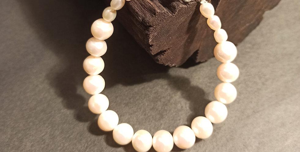 Armbånd med perler i varierende størrelse