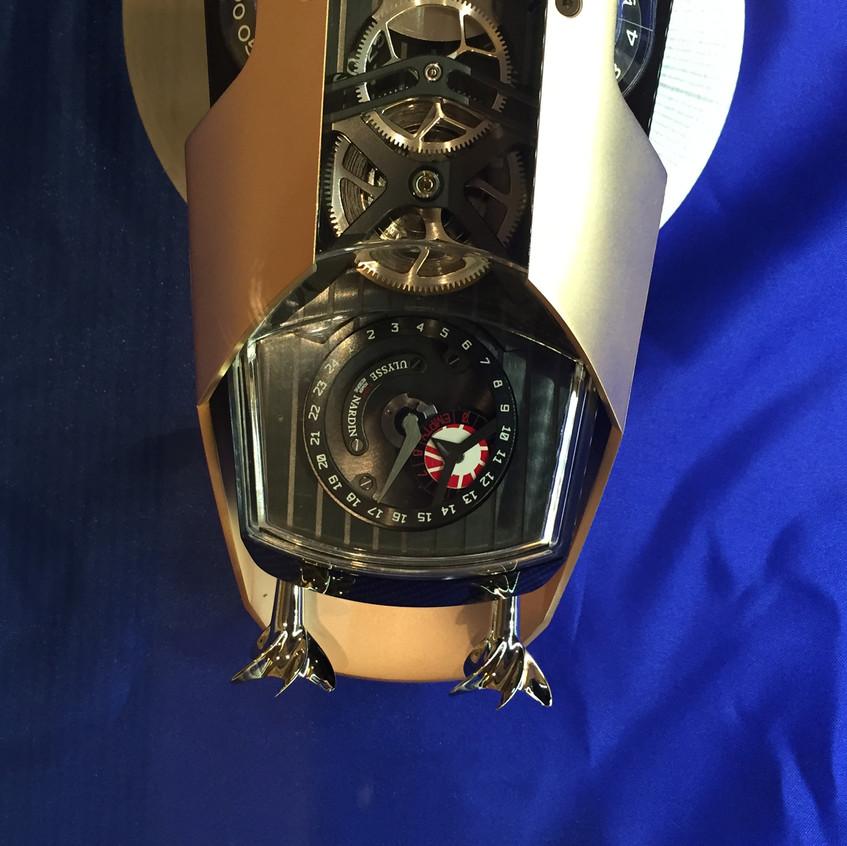 「船尾」的螺旋槳可作手動上鍊之用,上方為日數及小時動力儲存顯示。