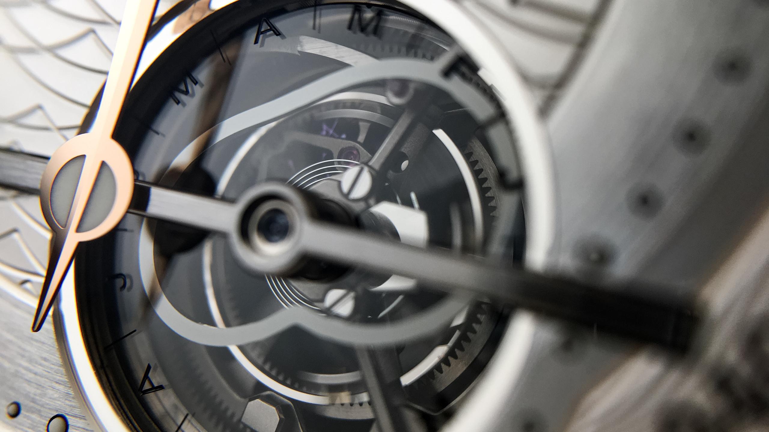 表盤5時位置視窗,配備60秒轉動一圈的陀飛輪,亦可見置於陀飛輪軸上的8字形日行軌跡時差凸輪。
