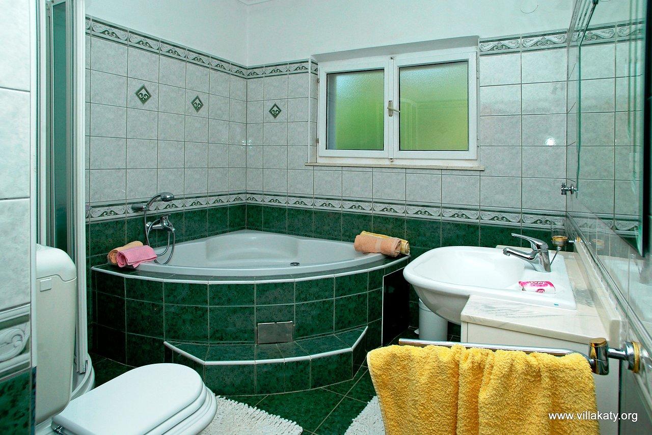 Downstairs - large bathroom_IGP4422