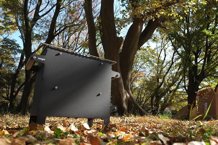 ブルガリア発ハンドメイド焚き火台グリル無骨なインダストリアルなデザインがキャンプサイトを演出。またベランダキャンプにも最適。材質にもこだわり機能性も優れたものとなる調理も簡単。持ち運び薪ストーブ。