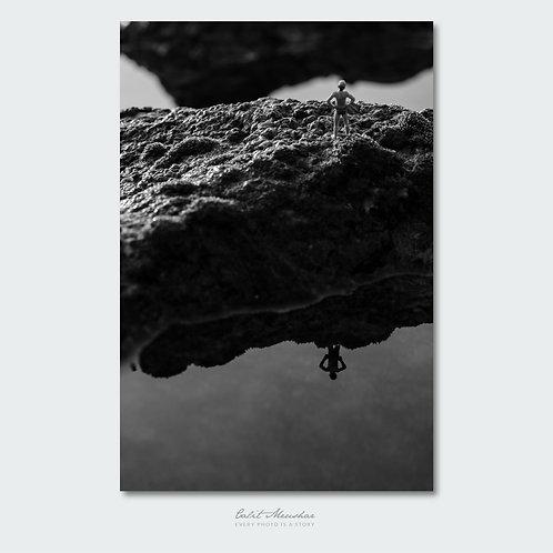 צילום מינאטורות שחור לבן - דמות בים