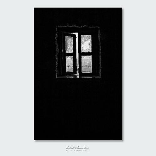 חלון זכוכית במבצר יחיעם צילום שחור לבן