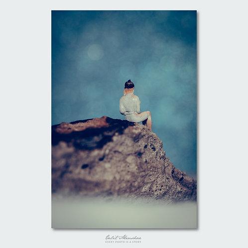 דמות יושבת על סלע, מתוך סדרת צילומי מינאטורה קטן בעולם גדול