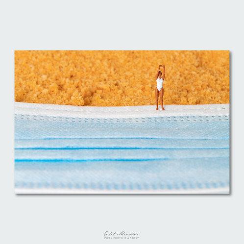 שחיינית על חוף הים, צילום מינאטורה, קטן בעולם גדול