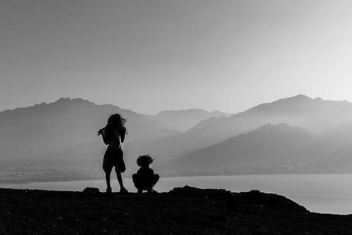 תמונת נוף שחור לבן - דמויות על רקע הרים 0299