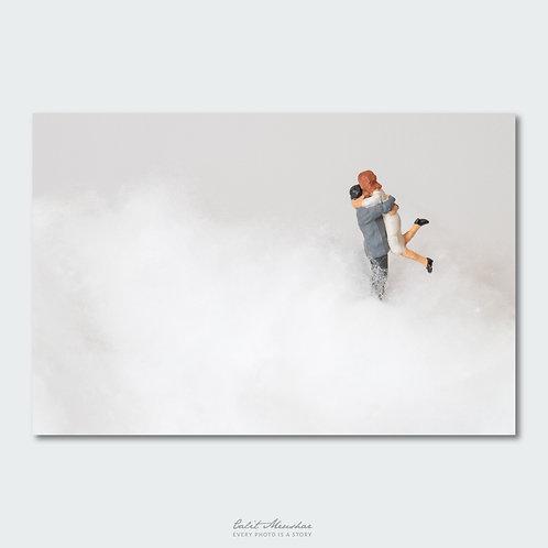 זוג מתחבק בעננים, מתוך סדרת צילום מינאטורות קטן בעולם גדול, תמונה למכירה