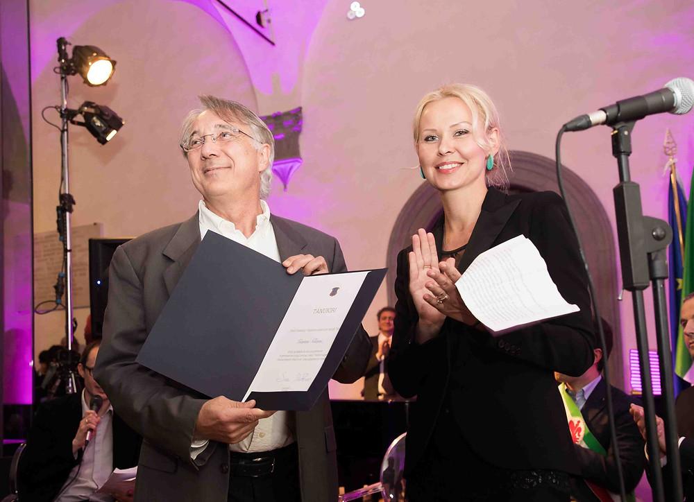 Suursaadik Celia Kuningas-Saagpakk annab Gianni Glinnile aukirja üle 3. märtsil, 2017 Firenzes, Museo Novecentos Eesti kunsti näituse avatseremoonial