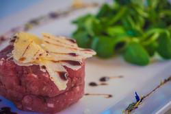 tartare di carne con valeriana, Parmigiano a scaglie e aceto balsamico