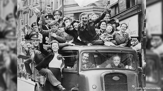 Ve_Day_Celebrations_in_London_8_May_1945