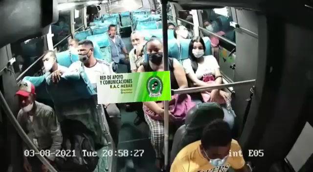 Robo en bus de servicio público a pasajeros y conductor quedó registrado en cámaras de seguridad