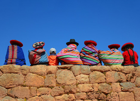 quechua-ladies-and-young-boy-chatting-on