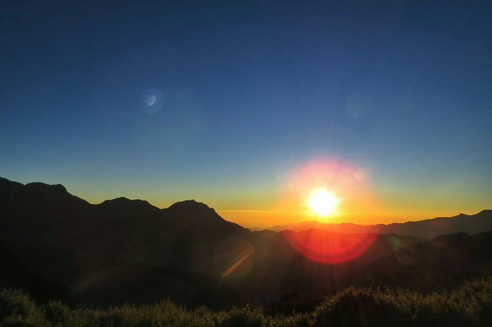 Sunset on Taiwan's Misty Snow Mountain 台灣雪山