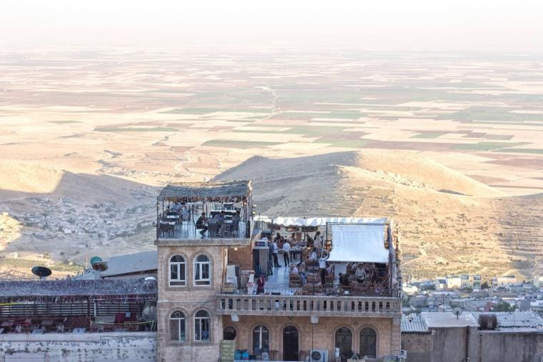 A crowded terrace in Mardin, on the Turkish border with Syria, on July 2017. CRISIS GROUP/Jorge Gutierrez Lucena