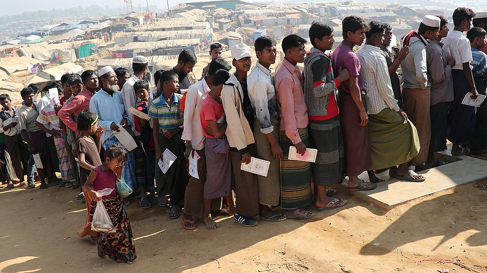 Rohingya refugees stand in a queue to collect aid supplies in Kutupalong refugee camp in Cox's Bazar, Bangladesh, January 21, 2018. Photo: Reuters