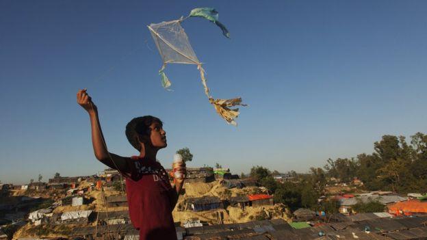 Image captionA Rohingya refugee flies a kite in the Bangladesh camp