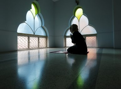 A woman prays at a mosque on the first day of Ramadan in Kuala Lumpur, Malaysia (June 18, 2015). Image Credit: REUTERS/Olivia Harris