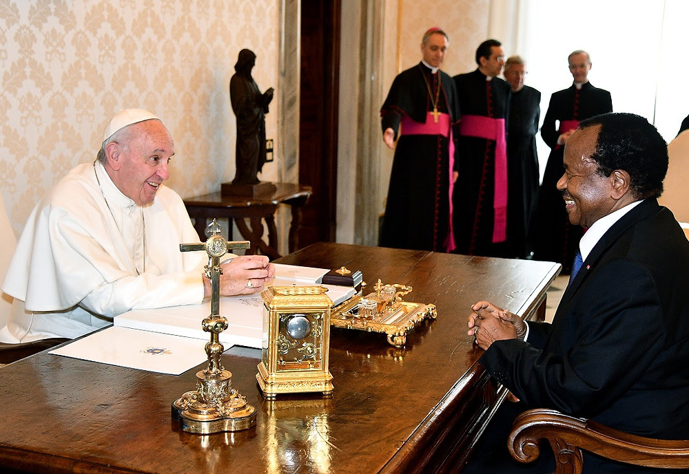 Pope Francis talks with Cameroon's President Paul Biya during a private audience at the Vatican on 23 March 2017 Vincenzo PINTO / AFP
