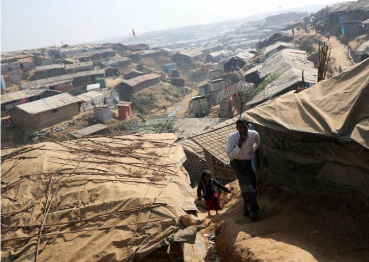 Rohingya refugees walk along the Kutupalong refugee camp in Cox's Bazar, Bangladesh, January 21, 2018. REUTERS/Mohammad Ponir Hossain