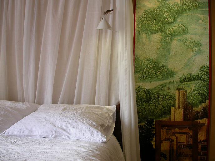 Du lit à baldaquins, parure d'été, éteignoirs lumineux et plumes de buse, la tête sur l'oreiller, on y voit les tours de Notre-Dame . De jour comme de nuit...